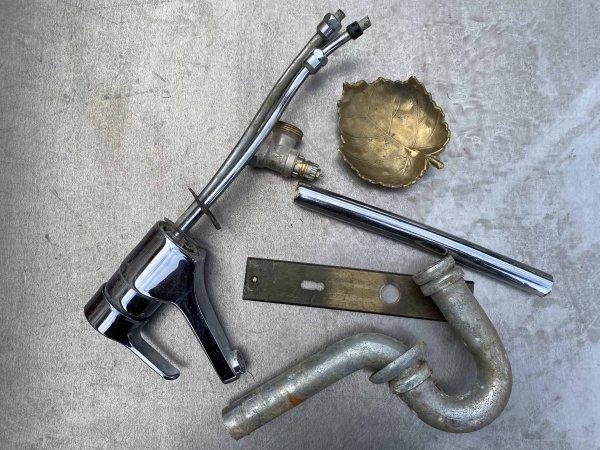 Alter Wasserhahn, Verbindungsstücke, Langschildgarnitur und Schale aus Messing als Metallschrott verkaufen