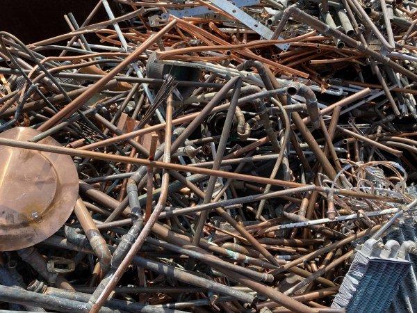 Metallschrott verkaufen: Rohre, Dachrinnen, Schweißdüsen und Bleche Kupfer Raff