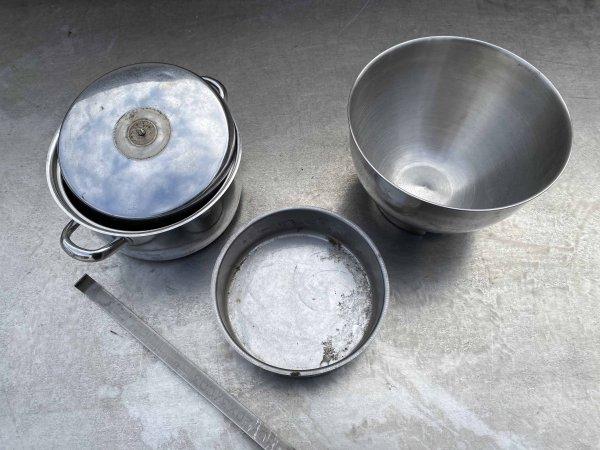 Metallschrott verkaufen: Alte Edelstahltöpfe und Edelstahlrührschüssel
